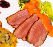 Gebratene Entenbrustscheiben mit einer Sauce von Armagnac und Senfblütenhonig, dazu Wirsingstifte und Schweizer Köserösti