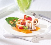 Sommer-Matjes mit Spargel-Erdbeer-Salat auf Süßkartoffeln