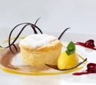 Soufflé an Mango-Sorbet und Dessert Kirschen