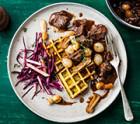 Wildgulasch mit Kartoffel-Kräuter-Waffel